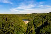 Pohled na vodní nádrž Křimov u Chomutova. Její hráz se nachází na konci Bezručova údolí v blízkosti bývalého Hotelu 3. mlýn.