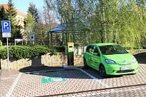 """V Klášterci nad Ohří je umístěna standardní stanice běžného dobíjení na parkovišti v Chomutovské ulici. I ona má své uplatnění. Potřebnou energii pro své vozy si zde většinou """"dotankují"""" ti, co nikam nespěchají."""