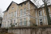 Opuštěný objekt bývalé nemocnice ve Vejprtech chátrá. Během tří let se to ale změní. Nemocnice projde rekonstrukcí a vzniknou v ní chráněné byty.