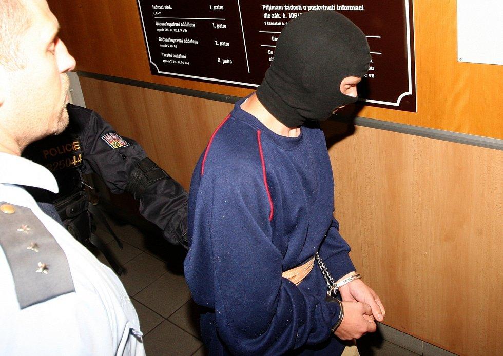 Policie předvádí k soudu pětadvacetiletého muže, kterého obvinila ze znásilnění a vraždu devítileté dívky z Klášterce nad Ohří.