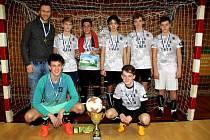 Na snímku je vítězný tým Žákovské futsalové ligy Václava Čecha v kategorii starších žáků ZŠ Na Příkopech.
