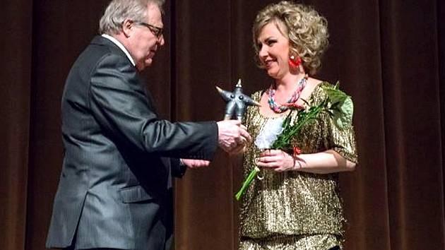 Herečka Michala Krausová přebírá Cenu diváka z rukou Václav Hofmanna.