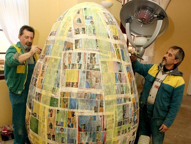 Pracovník zámku Červený Hrádek František Vlásek staví přes dva metry vysoké občí kašírované velikonoční vajíčko, které o víkendu na zámku budou malovat děti.
