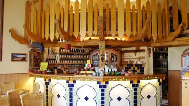 Honosný bar s nabídnou vín.