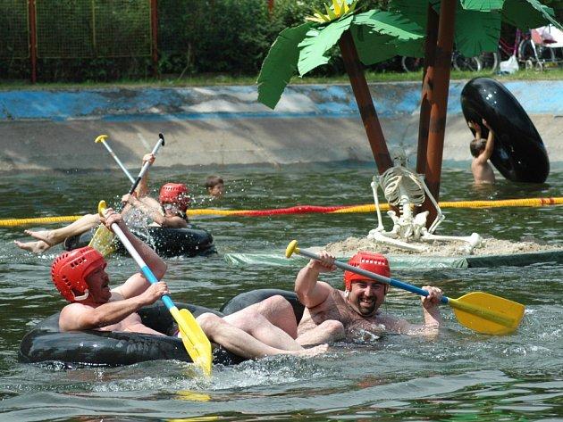 Snímek z loňských vodních hrátek, kdy museli soutěžící zdolávat trasu okolo ostrůvku s palmami a kostlivcem.