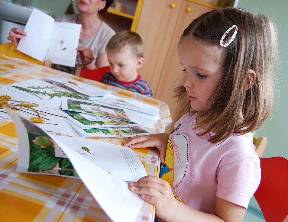 Čtyřletá Hanička se svým herbářem.