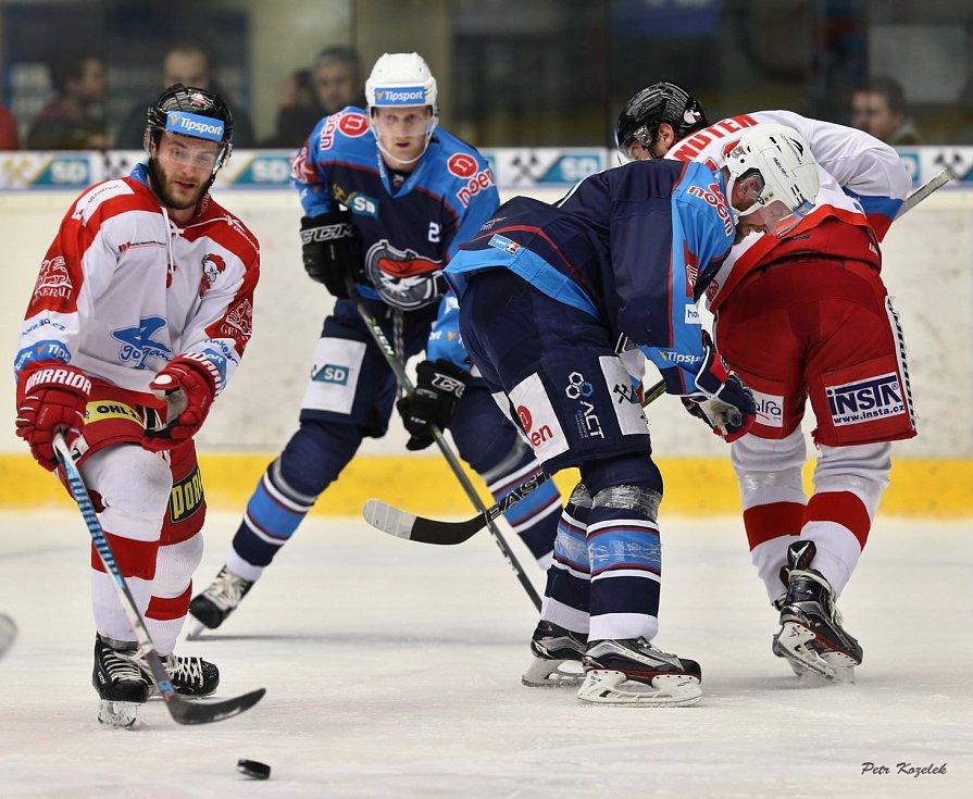 S výškou 192 cm a váhou 89 kg budí Stanislav Dietz (v modrém vzadu) na ledě respekt. U Pirátů je na hostování z Litvínova do konce sezony.