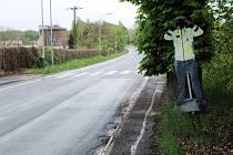 Poznáte místo, na kterém dohlíží na rychlost aut tento umělý policista?
