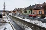 Domy ve Spořicích lemují potok Hačka.