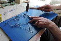 Mapa světa tvořená technikou String art