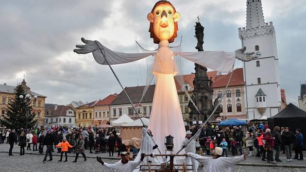 Loni mohli lidé v Kadani vidět obřího anděla. Letos se tam představí také andělé na chůdách.