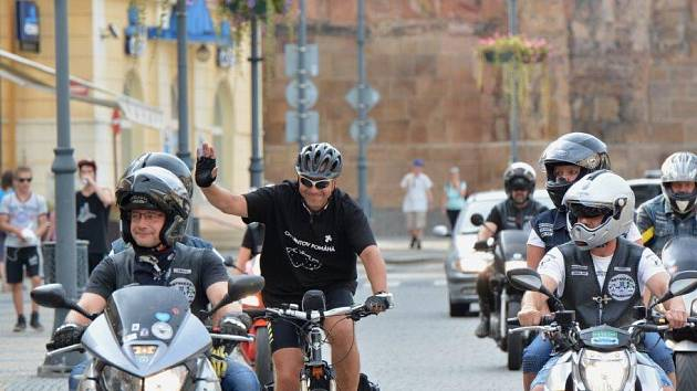 JE TADY. Na náměstí 1. máje Lubomíra doprovodili motorkáři z Droužkovic. Ti ho také vyprovázeli na cestu.