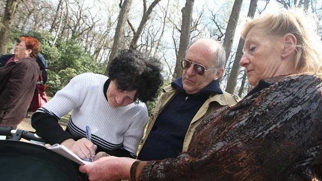 Chomutov - Zhruba tři stovky podpisů přibyly včera na petici proti odvolání ředitele zooparku Přemysla Rabase. Protestní shromáždění v zooparku připomínalo více příjemné odpoledne než demonstraci.
