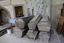 Rakve řeholníků v kadaňském klášteře.