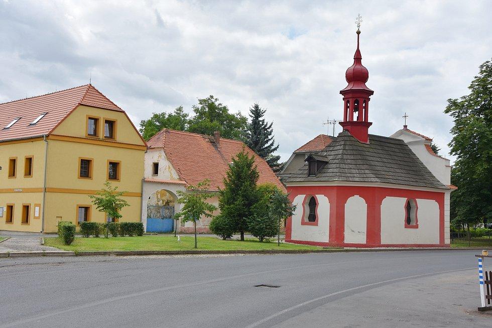 Na návsi stojí rokoková kaple svatého Vojtěcha postavená v roce 1770. Některé z tamních domů, vzájemně spojených branami dvorů, jsou pozdně barokního původu.