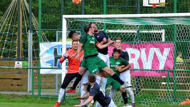Spartak Perštejn (v zeleném) hraje o víkendu v Lovosicích.