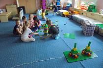 Děti z MŠ Blatenská v Chomutově se změnily ve stavitele věží.