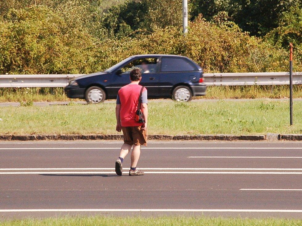 Hned druhý den odpoledne už jsme zachytili hazardéry, kteří si přes frekventovanou silnici krátí cestu.