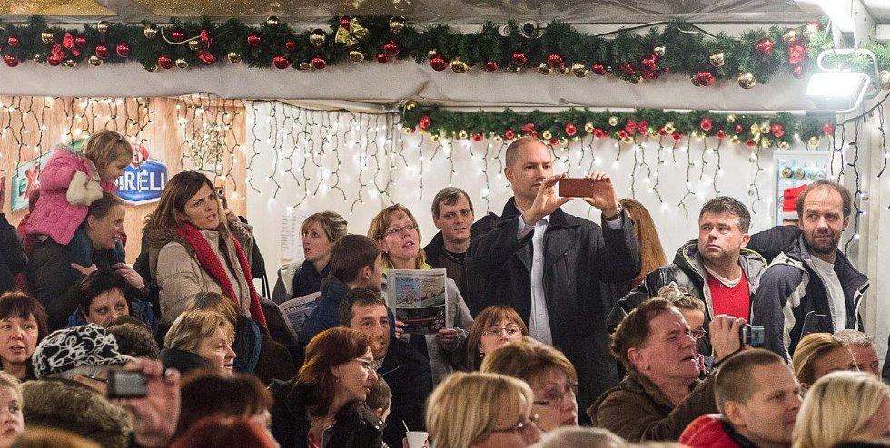 Ve vánočním stanu na chomutovském náměstí 1. máje se sešlo několik stovek lidí, aby si společně zazpívaly na akci Česko zpívá koledy.