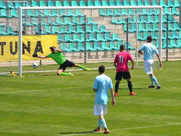Na snímku je rozhodující moment utkání. V 90. minutě gólman Radek Zaťko nedosáhl na hlavičku Hradeckého.