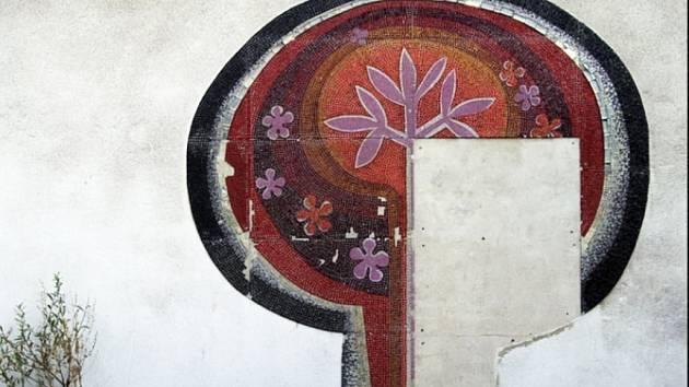 Mozaika u Krystalu na sídlišti Březenecká v Chomutově.