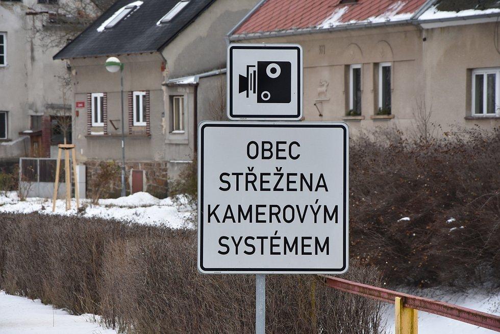 Obec dělá vše pro to, aby řidiči zpomalili. Směrem od Chomutova jsou přes silnici položené tři retardéry, rychlost měří radar.