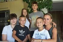 Jaroslava Loukotová se všemi svými dětmi: dvěma vlastními a třemi, které má v pěstounské péči.