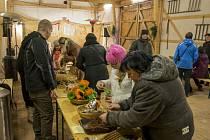V Podkrušnohorském zooparku v Chomutově se bude v neděli opět tvořit. Koná se zde již třetí adventní neděle s pohádkou a živým betlémem. Na snímku výroba vánočních dekorací.