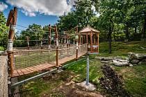 Jedna z nejoblíbenějších atrakcí v chomutovském zooparku je opět přístupná. Díky zrekonstruované vyhlídce mohou návštěvníci znovu sledovat dovádivé makaky.
