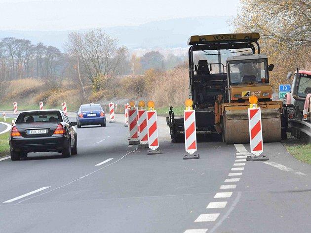 Dělníci v současné době pracují na opravě čtyřproudé silnice I/13 mezi Mostem a Chomutovem v úseku dlouhém 1,2 kilometru ve směru na Chomutov za odbočkou na Vysokou Pec a Jirkov.