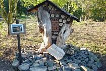 HMYZÍ HOTEL. Dřevěný domek je rozdělený na přihrádky vystlané mechem, aby si tam našly to své různé druhy hmyzu. Podobný stojí před údlickou školou a je skutečně zabydlený.