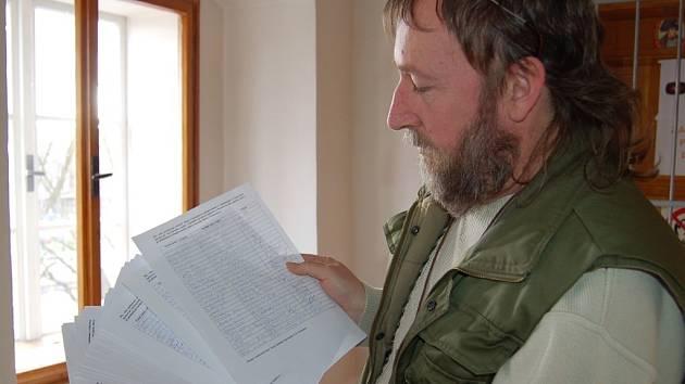 Iniciátor petice proti petici Hugo Sedláček s podpisovými archy.