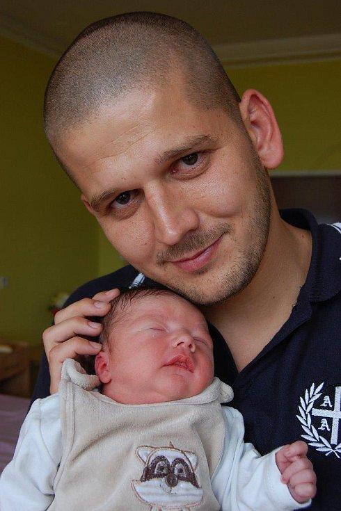 Martínek Kolařík se hřeje v náruči svého velkého táty Martina Kolaříka. Narodil se mamince Lucii Chovancové 7. 8. ve 3:13 hod. v Kadani. Měřil 51 cm a vážil 3,4 kg. Rodina žije v Chomutově.