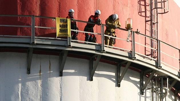 Aktivisté Greenpeace v minulosti vylezli na protest na jeden z komínů prunéřovské elektrárny.