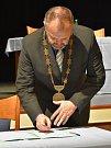 Kadaňský starosta Jiří Kulhánek skládá zastupitelský slib.