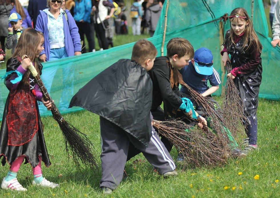 Děti hrály čarodějnický hokej s košťaty a umrlčí lebkou.