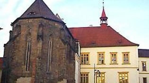 Kostel a starobylá radnice na náměstí 1. máje v Chomutově.
