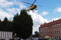 Vrtulník odlétá z místa nehody