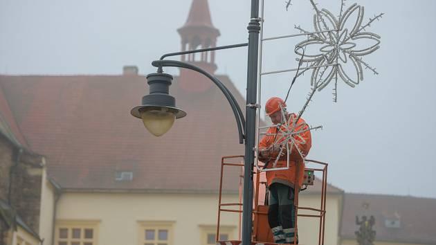 Technické služby nainstalovaly do ulic Chomutova vánoční dekorace.