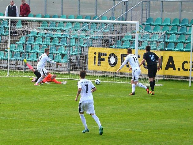Chomutovský gólman Zaťko se marně natahuje po míči. SK Úvaly v bílém, jdou do vedení 1:0, díky vlastní brance Chomutova.