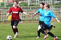 Lenka Medková (vlevo) v utkání se Spartakem Dubice.