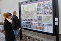 Multimediální panel se nachází na autobusovém nádraží v Jirkově.
