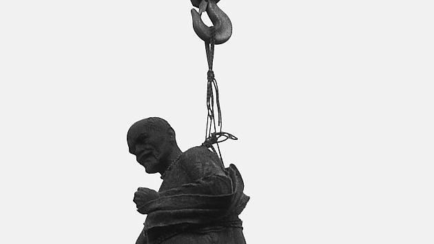 Padlé památníky komunismu