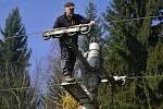 Pracovníci lyžařského areálu Pyšná dokončují poslední úpravy na lanovém vleku, ale i na zařízení lyžařské školy.