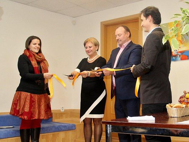 Terapeutka Irina Malinová a náměstek primátora Jan Mareš slavnostně otevírají poradnu v Chomutově.