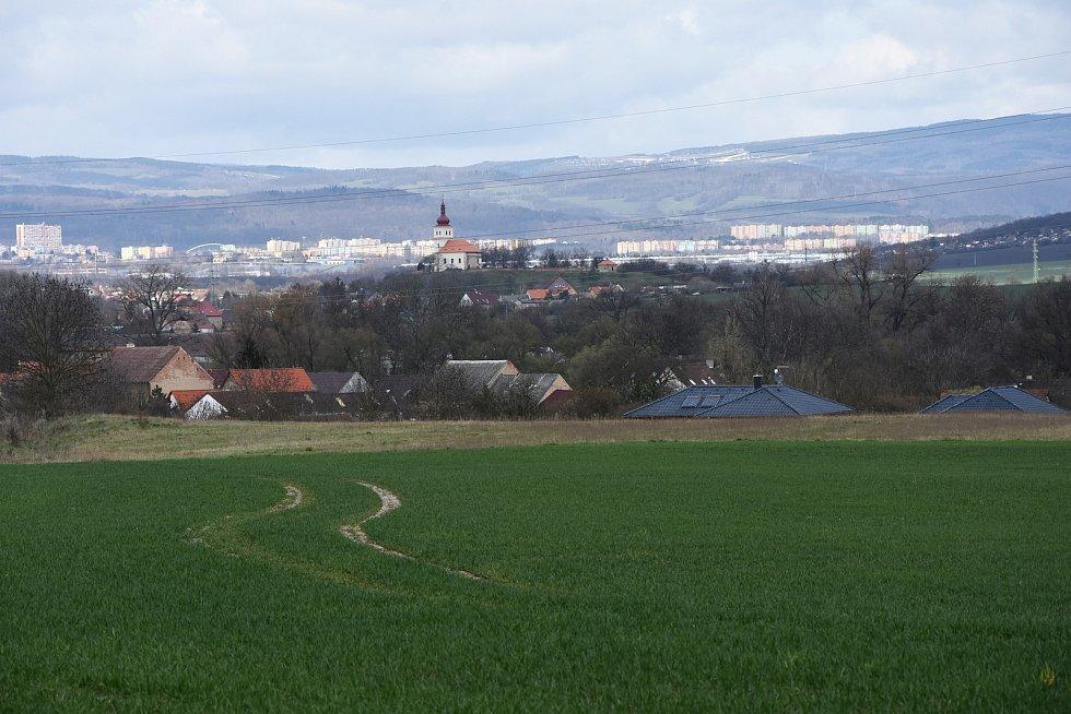 Z hořeneckého lesíku se nabízí výhled na kostel sv. Matouše v Přečaplech a Chomutov.