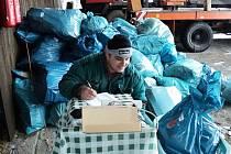 Ve sběrném dvoře pracovník pytel s kódem zváží a zaznamená do databáze.
