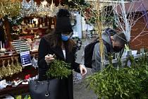 V Chomutově na náměstí se v omezeném množství prodávaly vánoční ozdoby a různé dekorace. Vedle se děti klouzaly na umělém kopci a lidé nakupovali dobroty ve výdejných okénkách.