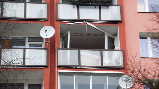 """Výbuch doslova utrhl konstrukci na balkóně, muž však po výbuchu tvrdil, že mu """"vybouchla pánvička""""."""
