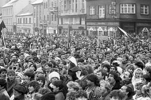 Na chomutovském náměstí 1. máje proběhla 27. listopadu 1989 generální stávka, která do centra přivedla tisíce nespokojených lidí. Snímek bude spolu s dalšími k vidění na výstavě Únik z totality.